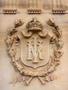 victoria dönemi şovalye nişanı üzerindeki monogram arma